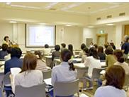 看護部長の講義を聞いている看護師たちの写真