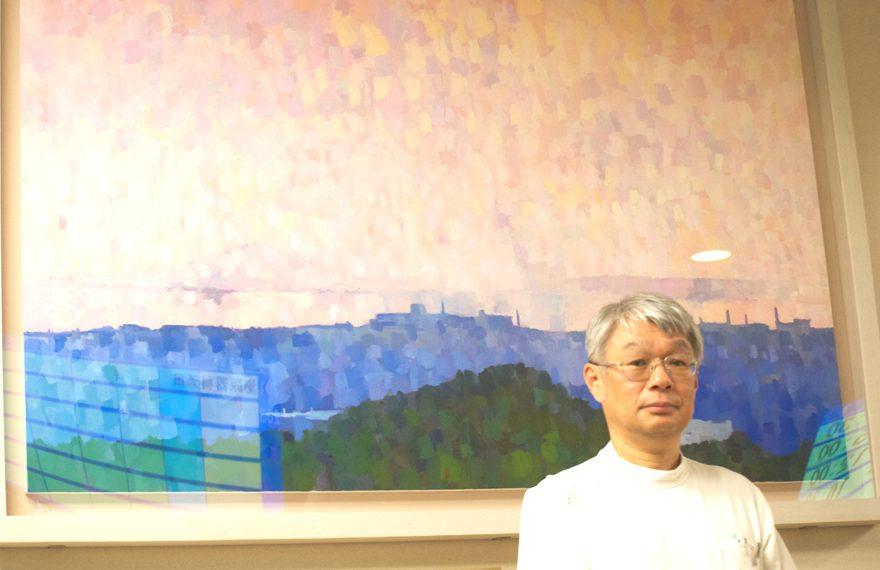 にしこうべvol.4カバー画像 アートを背景に整形外科部長 藤原正利医師